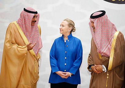 הולכים לקראת הנשים. קלינטון ובכירים סעודים (צילום: EPA) (צילום: EPA)