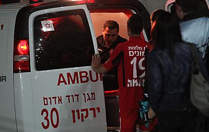 חטיב באמבולנס בדרך לבית חולים, יחד עם המאמן טל בנין (צילום: אורן אהרוני) (צילום: אורן אהרוני)