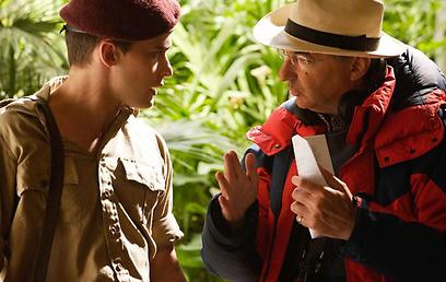 קוסמינסקי מדריך את אחד השחקנים (צילום: mentorn international) (צילום: mentorn international)