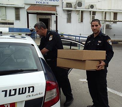 השוטרים. שלפו את הארנקים (צילום: משטרת ישראל) (צילום: משטרת ישראל)