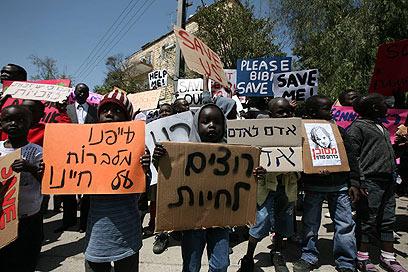"""""""מדובר במשפחות חסרות פרוטה"""". הפגנה נגד הגירוש (ארכיון) (צילום: גיל יוחנן) (צילום: גיל יוחנן)"""