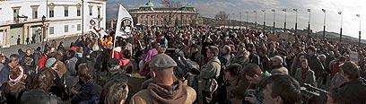 הונגרים מפגינים מול ארמון הנשיאות בבודפשט (צילום: EPA) (צילום: EPA)