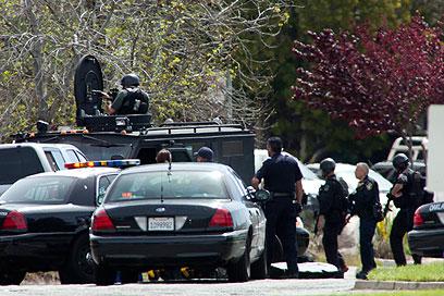 כוחות המשטרה מחוץ למכללה (צילום: EPA) (צילום: EPA)