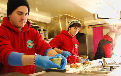 מכינים בוריטו בדדי דונקי (צילום: שרית סרדס-טרוטינו) (צילום: שרית סרדס-טרוטינו)