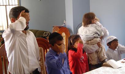 משפחתו של נשיא הקהילה, אקילס יהודה לוחן, מקבלת עול מלכות שמים ()