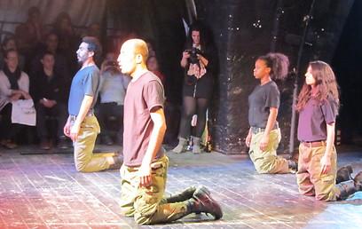 """שחקני """"תיאטרון החופש"""" מצדיעים לג'וליאנו מר-חמיס (צילום: מרב יודילוביץ') (צילום: מרב יודילוביץ')"""