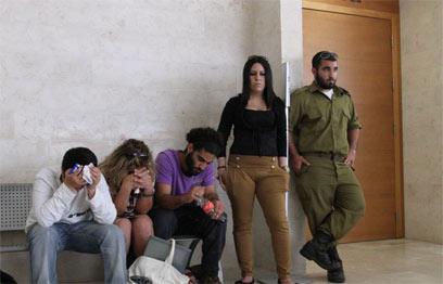 משפחתו של סעדו מחוץ לאולם, היום (צילום: עופר עמרם) (צילום: עופר עמרם)
