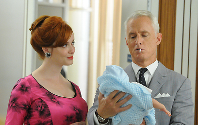 """""""מד מן"""", העונה החמישית. """"עונים בלי לענות, איזה שעמום"""" (צילום: AMC)"""