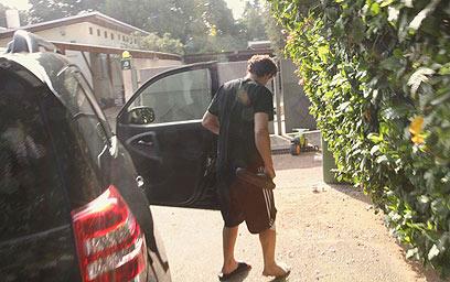 הירשזון מגיע לביתו אחרי ששוחרר למעצר בית (צילום: עידו ארז) (צילום: עידו ארז)