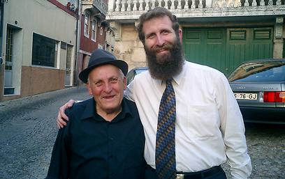 """הרב בירנבוים עם אחד מצאצאי האנוסים   (צילום: באדיבות """"שבי ישראל"""") (צילום: באדיבות"""