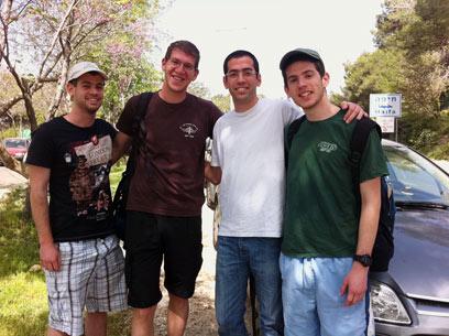 על האש וביצים קשות. ארבעה צעירים ביערות הכרמל (צילום: שירי הדר) (צילום: שירי הדר)
