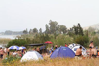 אלפים גדשו את חופי הכנרת (צילום: חגי אהרון) (צילום: חגי אהרון)
