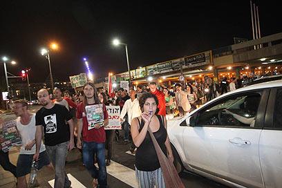 המפגינים חוסמים את אבן גבירול בתל אביב, אמש (צילום: מוטי קמחי) (צילום: מוטי קמחי)