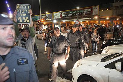 השוטרים ניסו לפנות את המפגינים (צילום: מוטי קמחי) (צילום: מוטי קמחי)