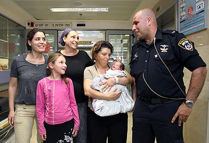 היולדת והמיילדים התאחדו בבית החולים (צילום: אבישג שאר-ישוב) (צילום: אבישג שאר-ישוב)