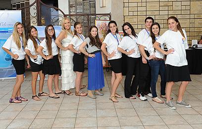 קוראל ודר עם המתנדבים הצעירים  ()