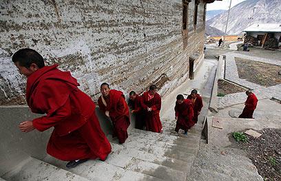 בלי אינטרנט, בלי פלאפונים ובלי לחץ על סין. נזירים טיבטים במחוז יונאן (צילום: EPA) (צילום: EPA)