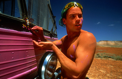 "גאי פירס כאדם ווייטלי ב""פריסיליה מלכת המדבר"" (1994) ()"