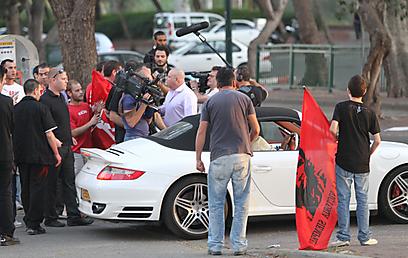 אוהדי הפועל חיפה תוקפים בסיום את רכבו של עמוס לוזון (צילום: אורן אהרוני) (צילום: אורן אהרוני)