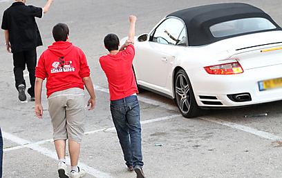 אוהדי הפועל חיפה מול רכבו של עמוס לוזון (צילום: אורן אהרוני) (צילום: אורן אהרוני)