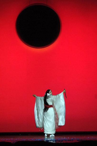 """""""מאדאם בטרפליי"""". צבעוניות שמזכירה את אלמודובר (צילום: יוסי צבקר) (צילום: יוסי צבקר)"""