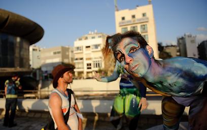 צבעוני: מסיבת אוזניות וציורי גוף בכיכר אתרים בתל אביב (צילומים: בן קלמר)  (צילום: בן קלמר)