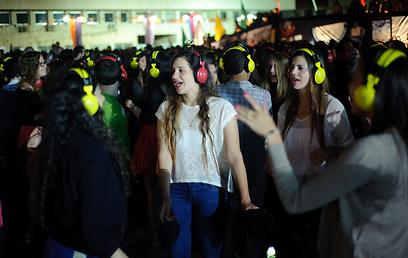 מסיבת אוזניות בכיכר אתרים: הרוקדות        (צילום: בן קלמר)