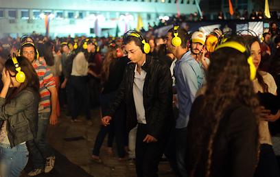 מסיבת אוזניות בכיכר אתרים. הרוקדים    (צילום: בן קלמר)