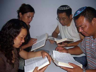 """פרויקט """"נתיב המשי"""" מלווה את צאצאי הקהילה, ומסייע להם לשוב לשורשיהם היהודיים ולמדינת ישראל (צילום: שבי ישראל) (צילום: שבי ישראל)"""