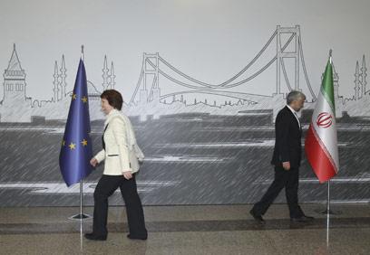 """מה עם החלל אשטון? עם ג'לילי האיראני בשיחות המו""""מ באיסטנבול (צילום: mct) (צילום: mct)"""