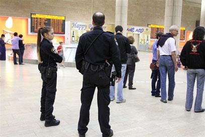 """שוטרים בכוננות בנתב""""ג, הערב (צילום: עופר עמרם) (צילום: עופר עמרם)"""