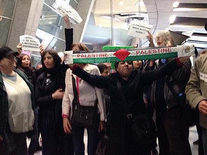 """המפגינים בשדה. """"היום המחסום כאן"""" (צילום: ליאור זילברשטיין, """"ידיעות אחרונות"""") (צילום: ליאור זילברשטיין,"""