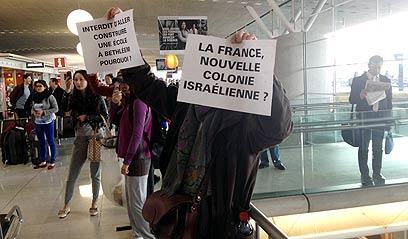 """מפגינים בשדה התעופה בפריז (צילום: ליאור זילברשטיין, """"ידיעות אחרונות"""") (צילום: ליאור זילברשטיין,"""