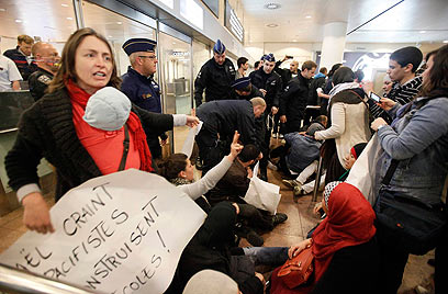 פעילים בשדה התעופה בבלגיה (צילום: רויטרס) (צילום: רויטרס)