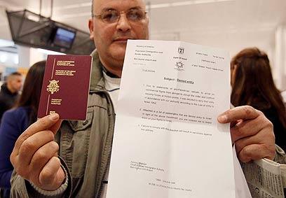 אחד מהפעילים בבלגיה עם מכתב דחיית הכניסה לישראל (צילום: רויטרס) (צילום: רויטרס)