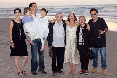 משפחת בכר בחתונתה של הנכדה ליקוש ()