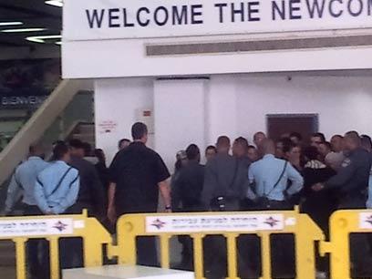 אחרי התחקור, הפעילים מוחזרים למטוס (צילום: אלי סניור) (צילום: אלי סניור)