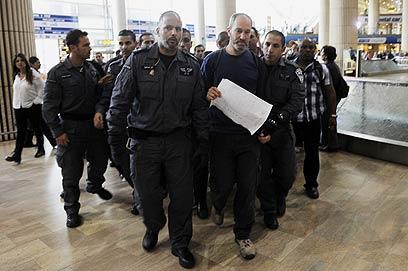 """בין העצורים בנתב""""ג: פעיל השמאל יונתן שפירא (צילום: AFP) (צילום: AFP)"""