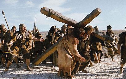 """ויש גם יהודים טובים. שמעון מקיריניה מגיש עזרה לישו ב""""פסיון של ישו"""" ()"""