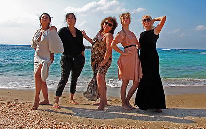"""אי בודד שלא ראה עוד נשים כאלה על חופיו. """"תנוחי""""  (צילום: אלעד ויסמן) (צילום: אלעד ויסמן)"""