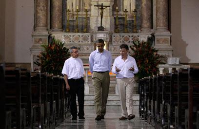 אובמה עם נשיא קולומביה חואן מנואל סנטוס, משמאל (צילום: AP) (צילום: AP)