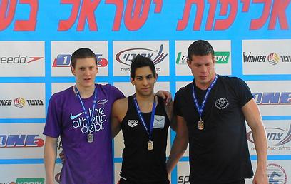קופטי (במרכז) עם מדליית הזהב באליפות ישראל ב-200 מ' חזה (צילום: יובל חן) (צילום: יובל חן)