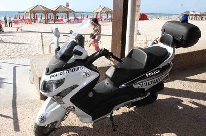 המשטרה חוקרת את עדי הראייה. אופנוע משטרתי בחוף, היום (צילום: עידו ארז) (צילום: עידו ארז)