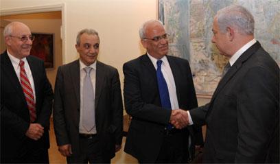Bibi greets Palestinian delegation (Photo: Amos Ben-Gershom, GPO)