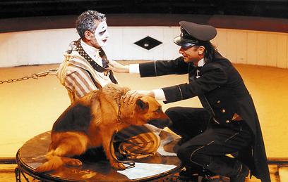 """""""אדם בן כלב"""" בהפקת תיאטרון גשר. החשובה שביצירותיו  (צילום: ארכיון תיאטרון גשר) (צילום: ארכיון תיאטרון גשר)"""