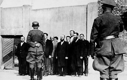 יהודים מובלים אל מותם בגטו שאוולי  (צילום: באדיבות יד ושם) (צילום: באדיבות יד ושם)