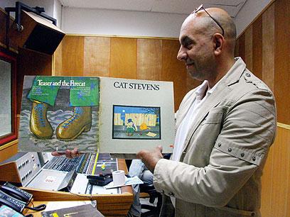 בועז כהן עם תקליטים מהאוסף הפרטי       (צילום: יעל לינזן)