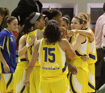 יכולות לחייך. שחקניות מכבי אשדוד חוגגות את הניצחון (צילום: אורן אהרוני) (צילום: אורן אהרוני)