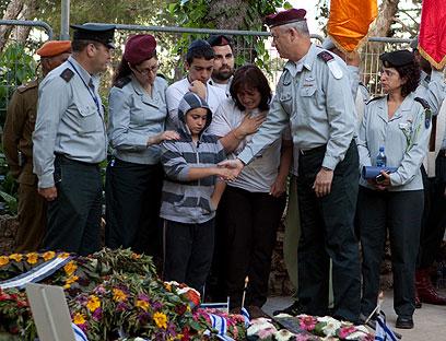 גנץ ובני משפחתה של סגן הילה בצלאלי (צילום: אוהד צויגנברג) (צילום: אוהד צויגנברג)