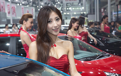 דוגמניות יחייכו אליכם גם בבייג'ינג - אבל זו לא עוד תערוכת רכב שגרתית (צילום: EPA) (צילום: EPA)